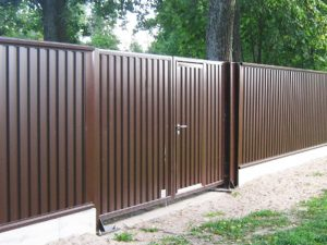 Забор из металлопрофиля с калиткой в Гродно