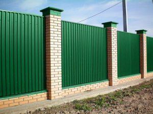 Забор из металлопрофиля с столбиками в Гродно