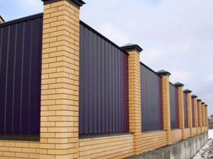 Забор из металлопрофиля к кирпичными столбиками в Гродно